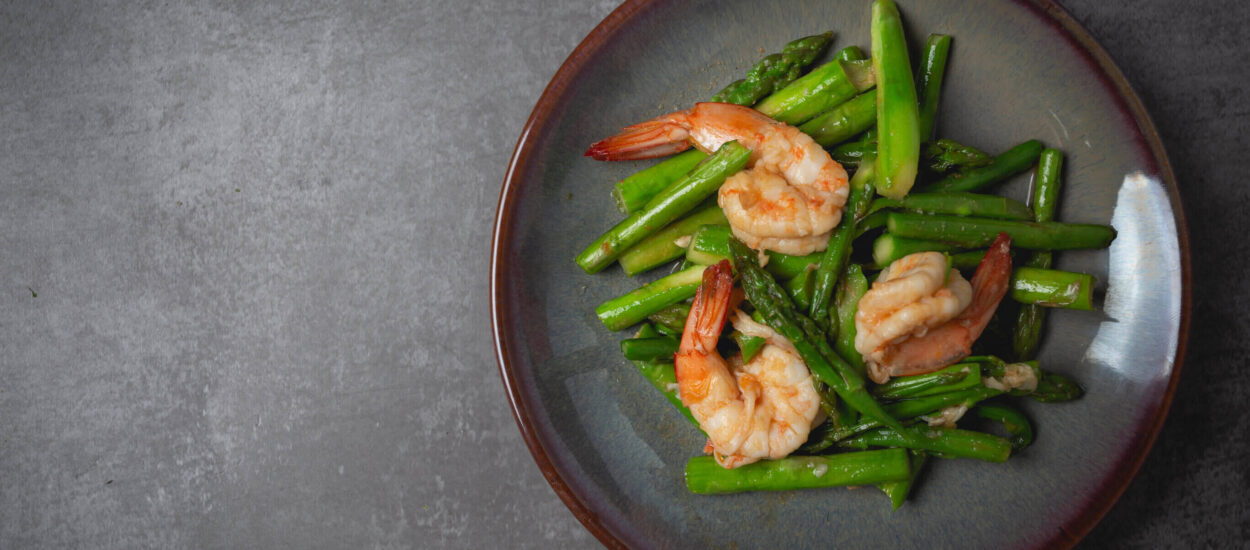 Recipe of grilled shrimp and asparagus with aioli sauce